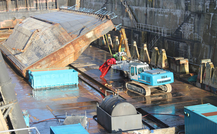Démantèlement d'une porte de bassin à Lorient