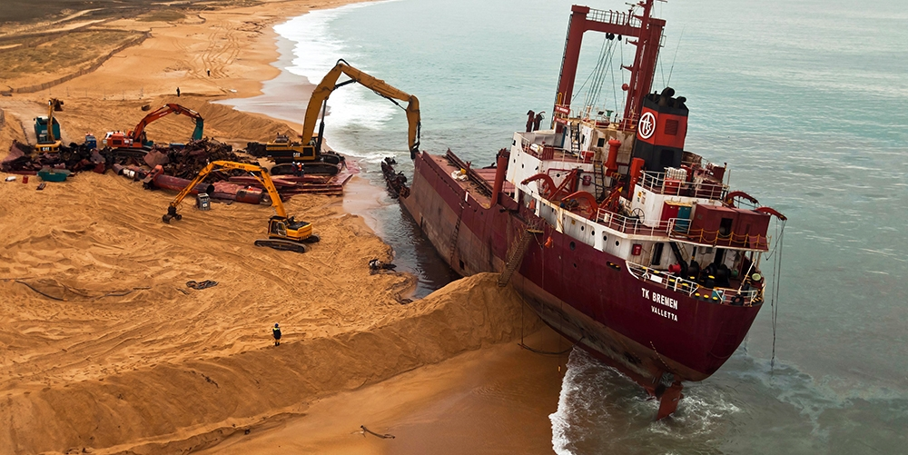 La dépollution et la déconstruction d'un navire échoué