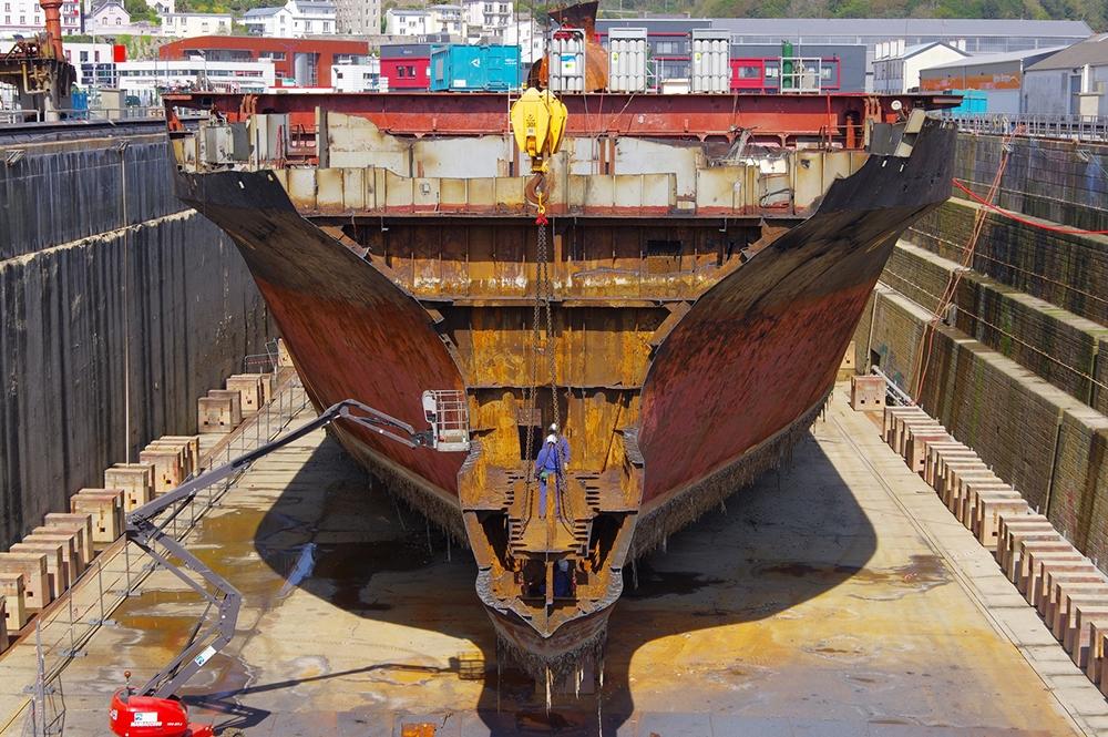 Dépollution et déconstruction d'un cargo